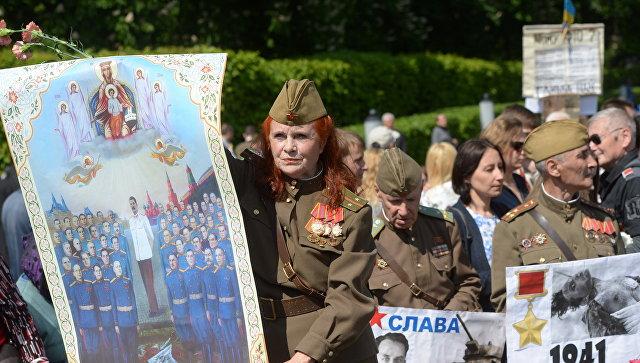 Участники акции Бессмертный полк во время шествия по улицам Киева.