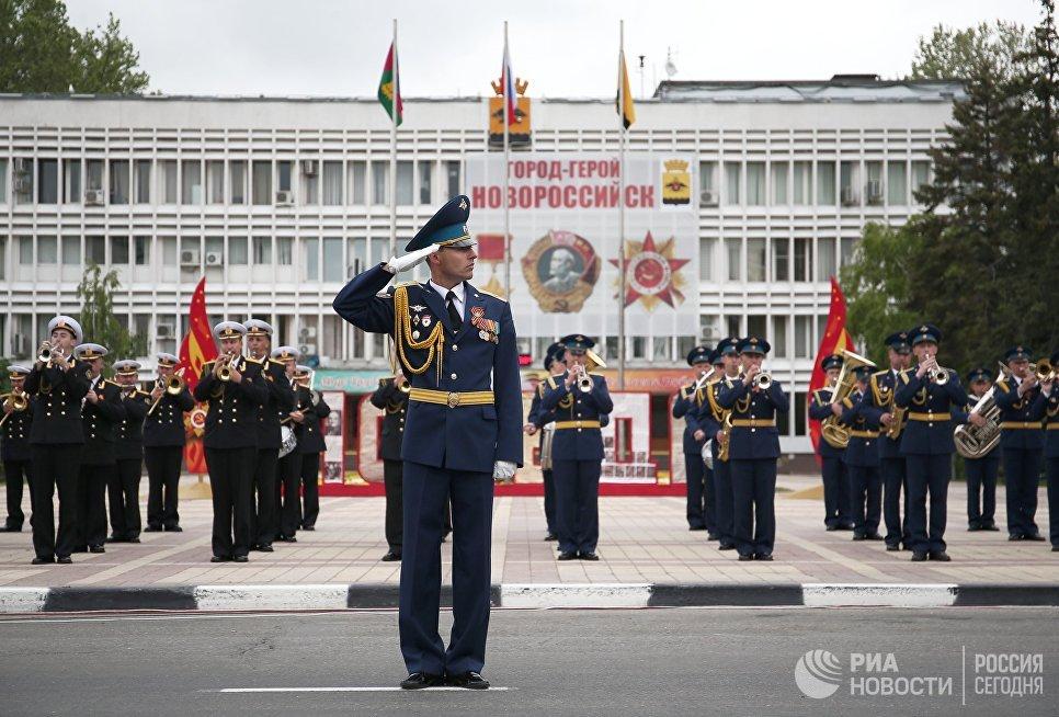 Музыканты военного оркестра во время военного парада, посвященного 72-й годовщине Победы в Великой Отечественной войне 1941-1945 годов, в Новороссийске