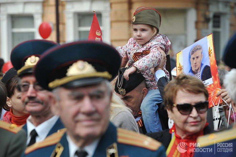 Зрители во время военного парада, посвященного 72-й годовщине Победы в Великой Отечественной войне 1941-1945 годов, в Ростове-на-Дону