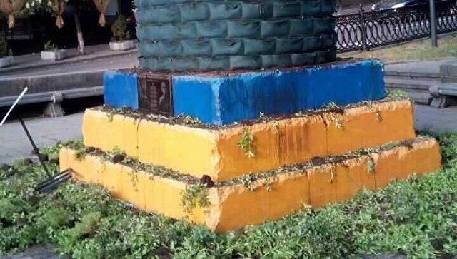ВКиеве повредили инсталляцию изтрав наместе монумента Ленину