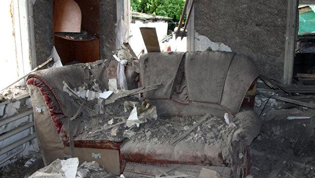 Повреждения в жилом доме, полученные в результате обстрела Куйбышевского района Донецка. 10 мая 2017
