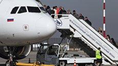 Пассажиры осуществляют посадку на борт самолета в аэропорту Минеральные воды. Апрель 2017
