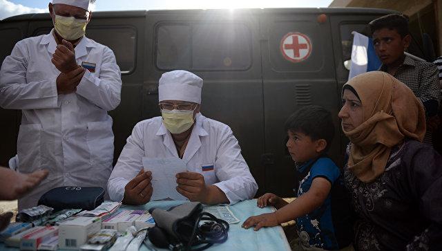 Российские врачи консультируют жителей Сирии во время раздачи российской гуманитарной помощи. Архивное фото