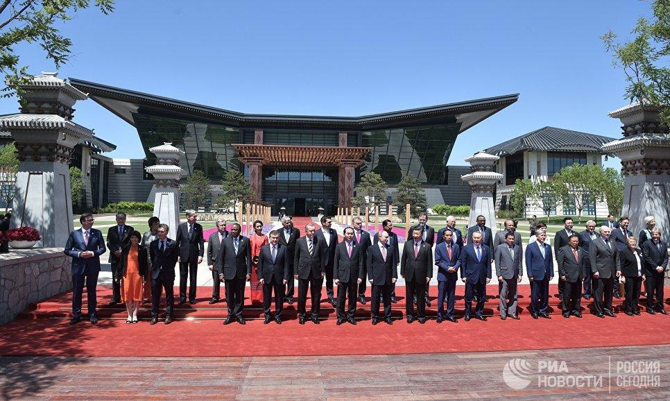 Президент РФ Владимир Путин принимает участие в церемонии совместного фотографирования участников круглого стола Международного форума Один пояс, один путь. 15 мая 2017