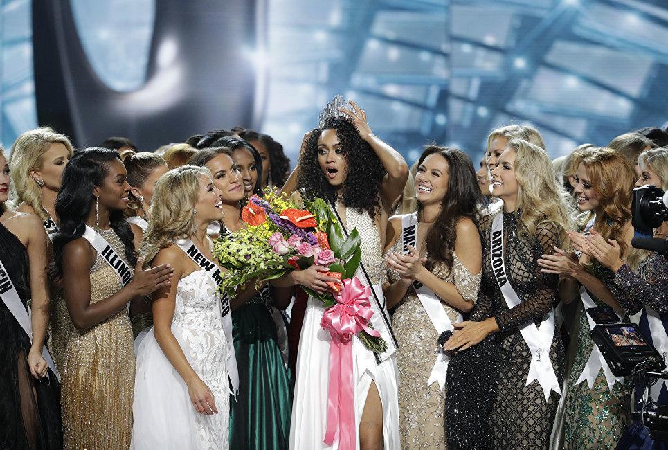 Победительница конкурса Мисс США Кара Маккаллоу на церемонии награждения в Лас-Вегасе