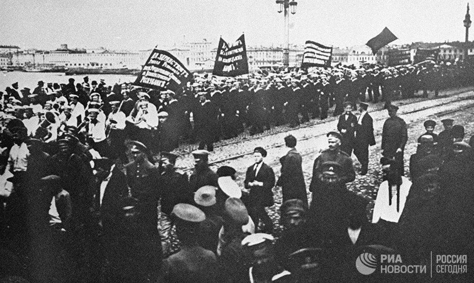 Революционная демонстрация в Петрограде, в которой приняли участие 10 тысяч моряков, в том числе и с крейсера Аврора. 18 июня 1917 года