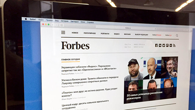 Главная страница сайта Forbes.ru на экране монитора