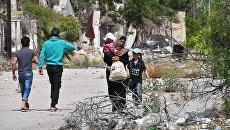 Жители на улице в квартале Кабун в пригороде Дамаска. Архивное фото