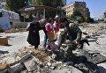 Жители квартала Кабун в пригороде Дамаска во время раздачи гуманитарной помощи