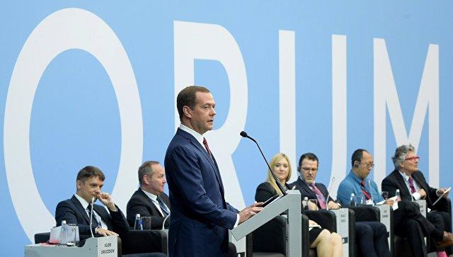 Медведев вПетербурге признал неготовность РФ  крешению трудностей  Интернета