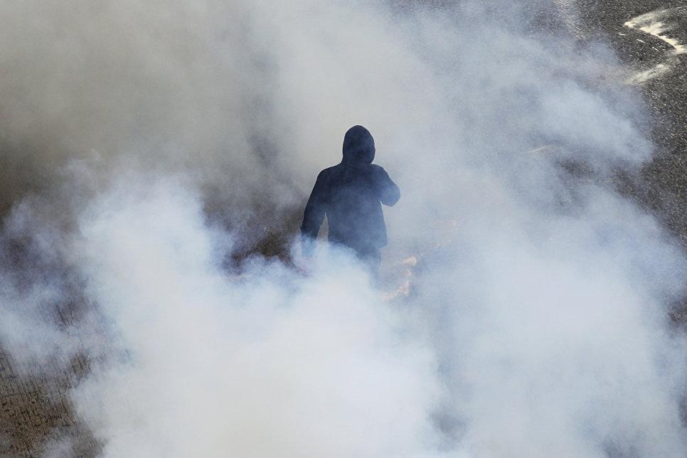 Участник забастовки в Афинах. 17 мая 2017