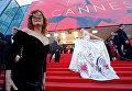 Актрисы Сьюзан Сарандон и Элль Фаннинг позируют на красной дорожке церемонии открытия 70-го Каннского международного кинофестиваля