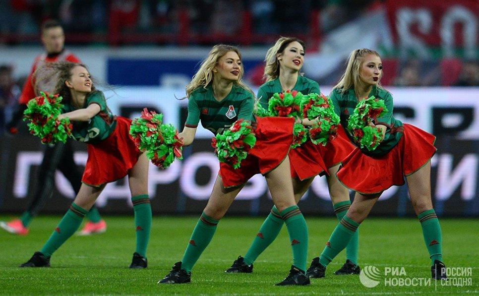 Девушки из группы поддержки Локомотива в матче 28-го тура чемпионата России по футболу среди клубов Премьер-лиги между командами ФК Локомотив и ФК Оренбург