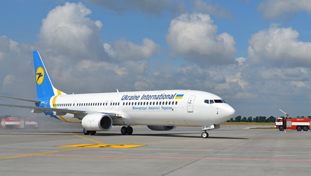 Самолет вгосударстве Украина после посадки заехал внезастывший наполосе бетон