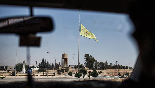 Флаг сил самообороны сирийских курдов в провинции Ракка недалеко от границы с Турцией