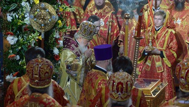Патриарх Московский и всея Руси Кирилл во время встречи в храме Христа Спасителя ковчега с мощами святителя Николая Чудотворца