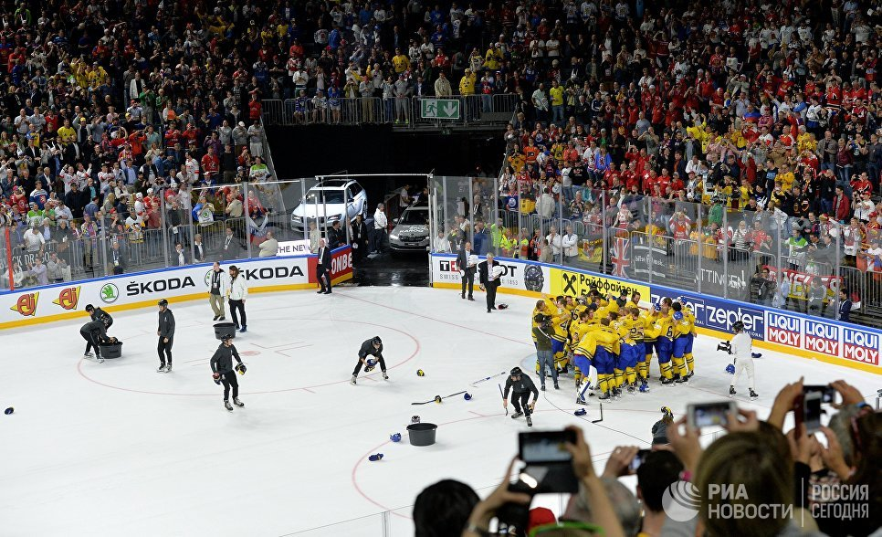 Игроки сборной Швеции радуются победе в финальном матче чемпионата мира по хоккею 2017 между сборными командами Канады и Швеции