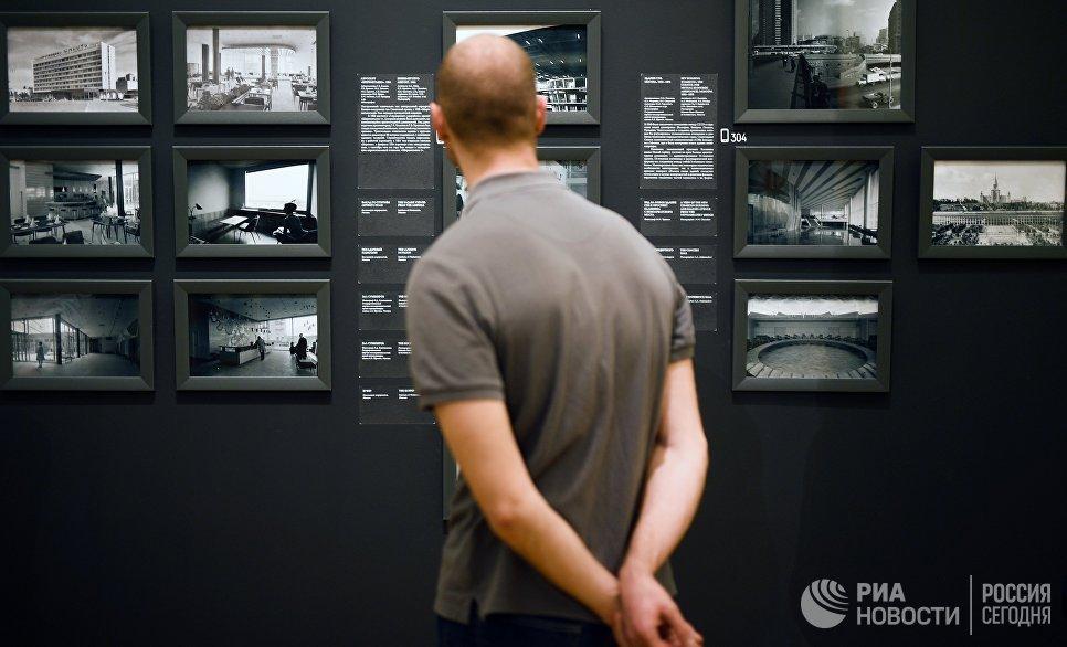 Посетитель на выставке Оттепель во время международной акции Ночь музеев в Третьяковской галерее