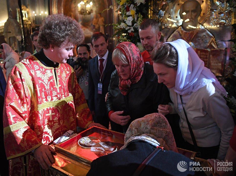 Верующие в храме Христа Спасителя у ковчега с мощами святителя Николая Чудотворца, доставленного спецбортом из итальянского города Бари