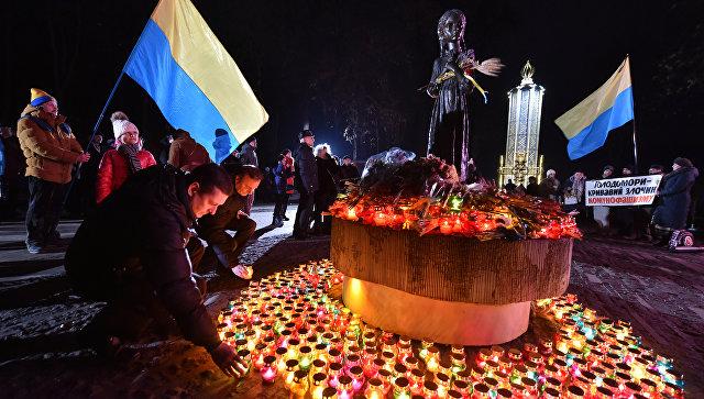 Участники всеукраинской акции Зажги свечу ставят символические лампады к мемориалу памяти жертв голодомора 1932-1933 годов в Киеве