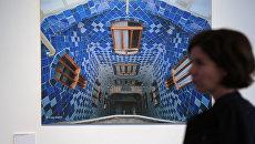 Посетительница на выставке Антонио Гауди. Барселона в Московском музее современного искусства. Дом Бальо: внутренний двор