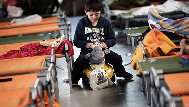 Мальчик играет во временном регистрационном центре на юге Германии