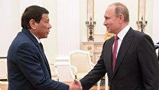 Президент РФ Владимир Путин и президент Филиппин Родриго Дутерте во время встречи. Архивное фото