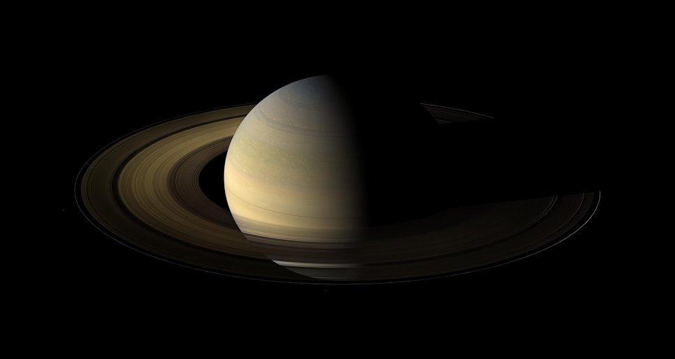 Зонд Cassini сообщил наЗемлю очередное необычное фото Сатурна