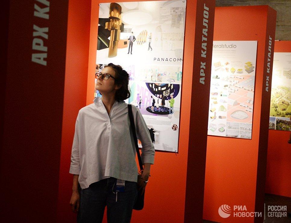 Посетительница на 22-й Международной выставке архитектуры и дизайна АРХ Москва NEXT! в Центральном доме художника в Москве