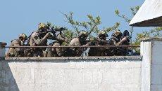 Сотрудники спецназа ФСБ России во время учений по освобождению заложников в Евпатории