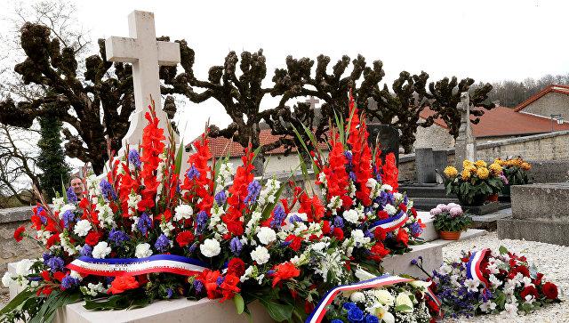 Во Франции вандалы повалили крест на могиле де Голля