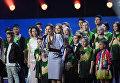 Уполномоченный при президенте РФ по правам ребенка Анна Кузнецова с финалистами шоу Ты супер!