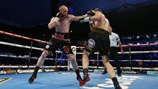 Российский боксер Федор Чудинов (справа) в бою за титул чемпиона WBA (Super) против Джорджа Гроувза. 27 мая 2017