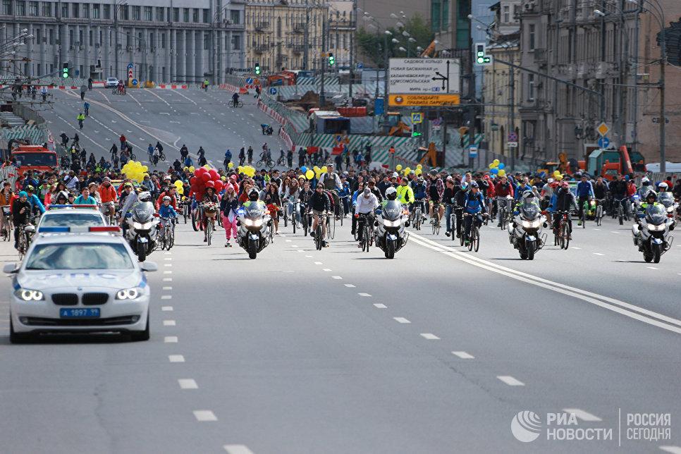 Участники пятого Всероссийского Велопарада на проспекте Сахарова в Москве. 28 мая 2017
