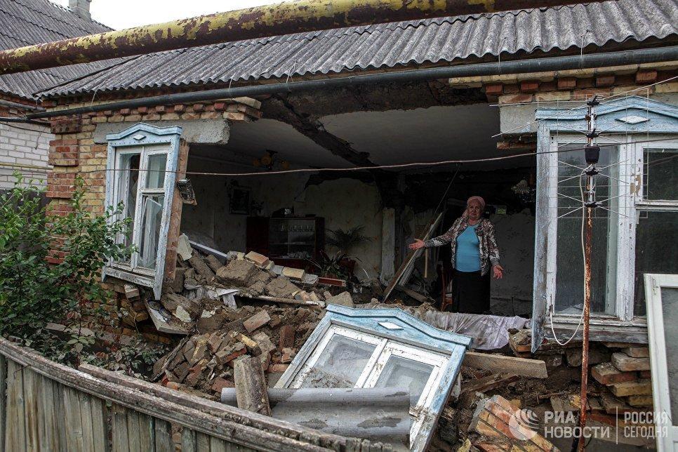 Жительница поселка Левокумка Ставропольского края в доме, пострадавшем в результате паводка