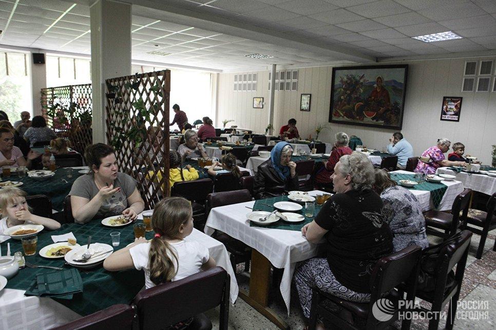 Жители поселка Новотерский Ставропольского края обедают в столовой в пункте временного размещения