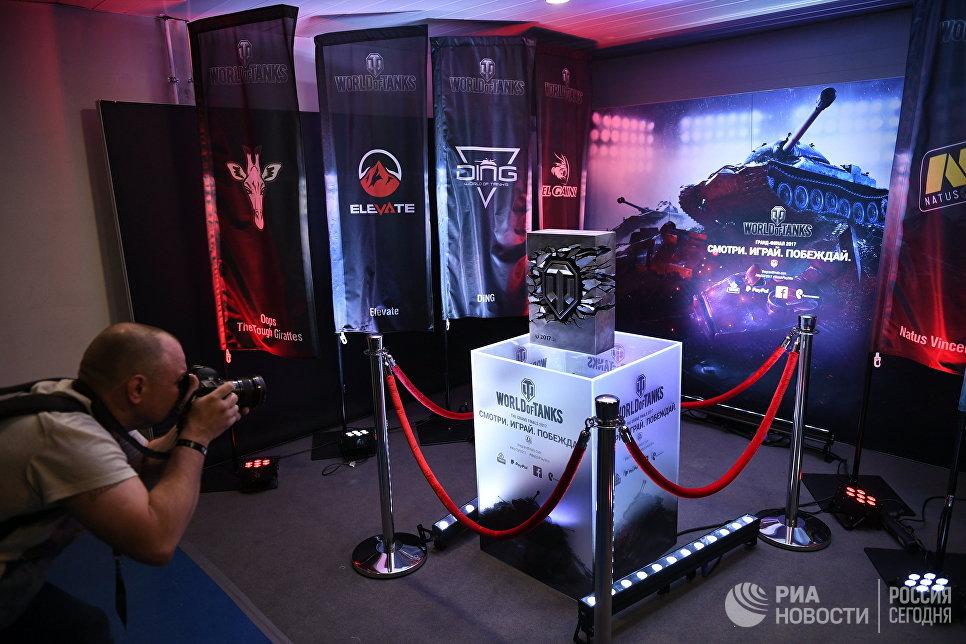 Стенд с игрой в холле комплекса ВТБ Ледовый дворец в Москве, где проходит финальный этап гранд-финала по World of Tanks