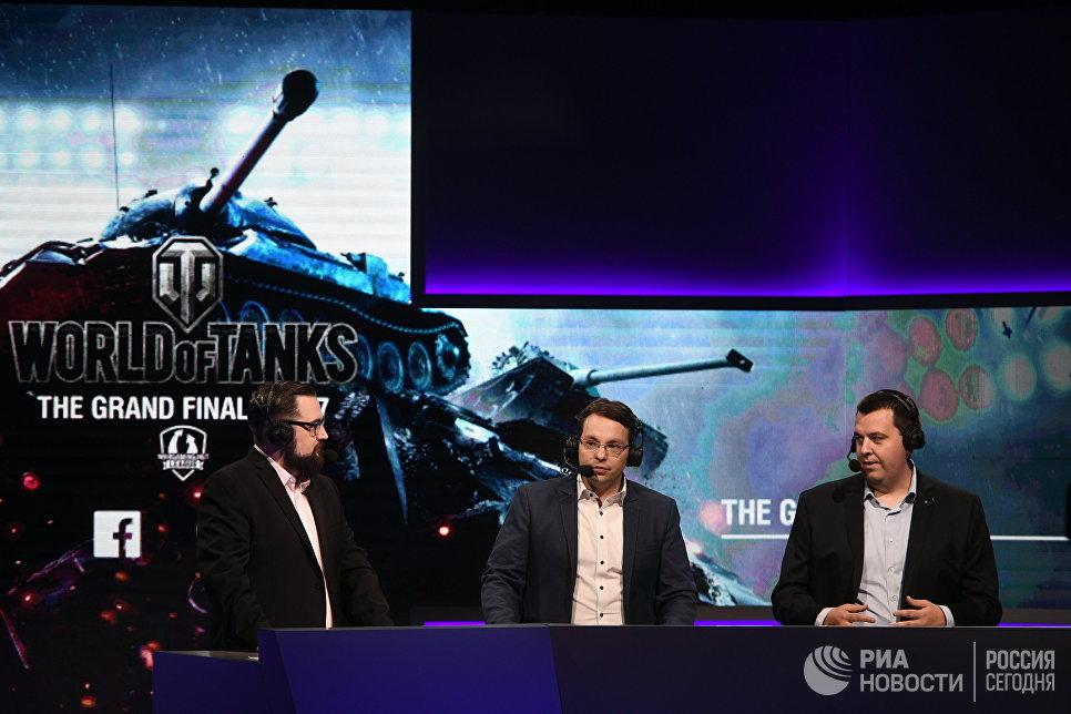 Комментаторы финального этапа гранд-финала по World of Tanks в комплексе ВТБ Ледовый дворец в Москве