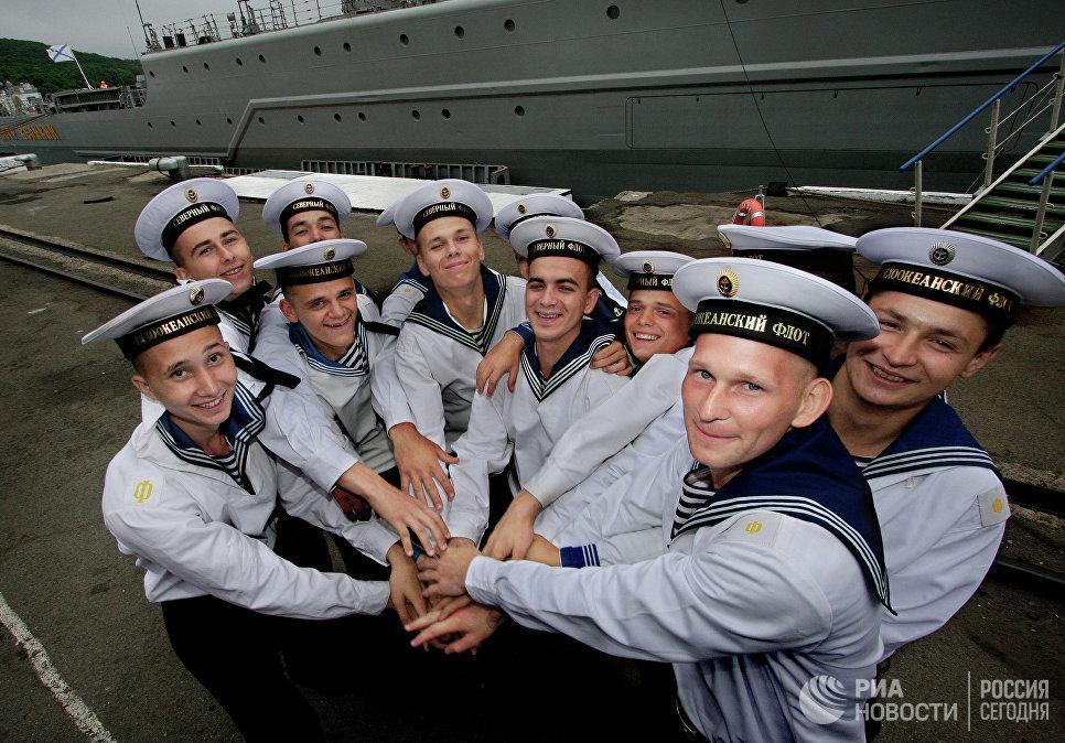 Моряки Северного и Тихоокеанского флотов во время церемонии торжественных проводов тяжелого атомного ракетного крейсера Петр Великий Северного флота