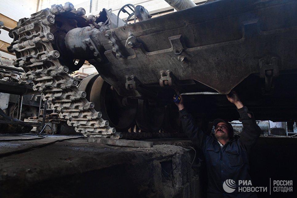 Рабочий в одном из цехов завода по ремонту и восстановлению бронетанковой техники в Дамаске