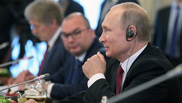 Президент РФ Владимир Путин во время встречи с представителями мировых информационных агентств