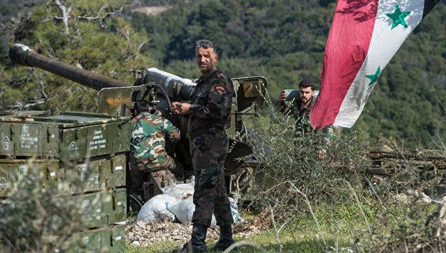Артиллеристы сирийской армии на позициях в провинции Идлиб на северо-западе Сирии. Архивное фото