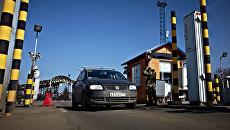 Автомобиль на пропускном пункте Гоптовка на границе России и Украины