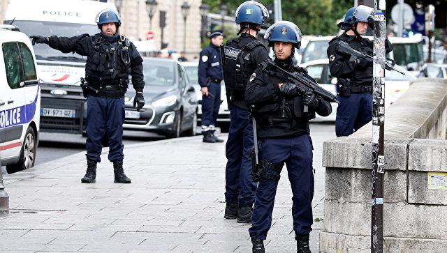 Французские жандармы и полицейские возле собора Нотр-Дам в Париже, Франция. 6 июня 2017