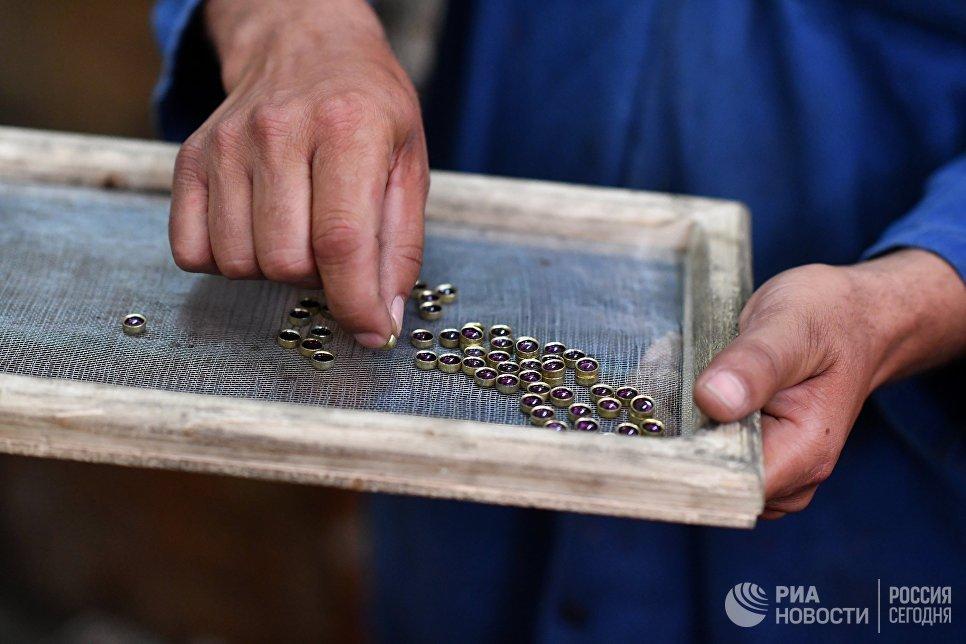 Капсюли-воспламенители в одном из цехов военного завода по изготовлению патронов в пригороде сирийского города Хама