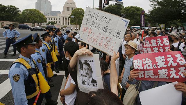Митинг в Токио против строительства американской базы на острове Окинава. 19 июня 2016