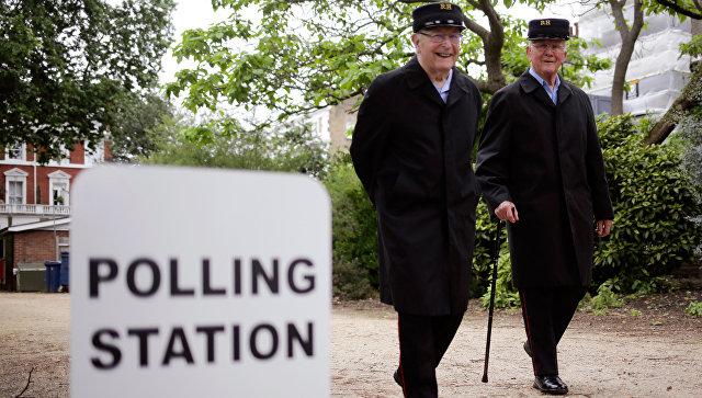Мужчины возле участка для голосования на досрочных парламентских выборах в Лондоне, Великобритания. 8 июня 2017