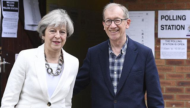 Премьер-министр Великобритании Тереза Мэй возле участка для голосования на досрочных парламетских выборах в Лондоне