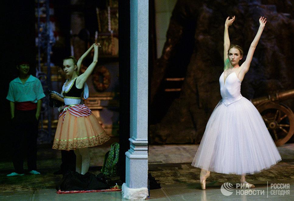 Учащиеся Новосибирского государственного хореографического училища во время репетиции выпускного концерта на большой сцене Новосибирского академического театра оперы и балета