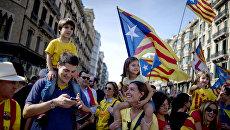 Участники митинга в поддержку референдума о независимости Каталонии. Архивное фото